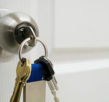 Cómo quitar una llave atascada en una cerradura